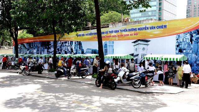 """UBND UBND quận 1 đã đưa vào hoạt động """"phố hàng rong"""" trên đường Nguyễn Văn Chiêm nhằm phục vụ nhu cầu ẩm thực đường phố của du khách và người dân."""