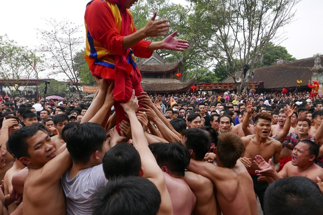 Đây cũng là lúc các trai đinh phô diễn sức mạnh tập thể. Nhiệm vụ của họ giữ vững ông đám trên cao, vừa đưa ông đám di chuyển quanh sân, vừa liên tục hô vang các khẩu hiệu mạnh mẽ.
