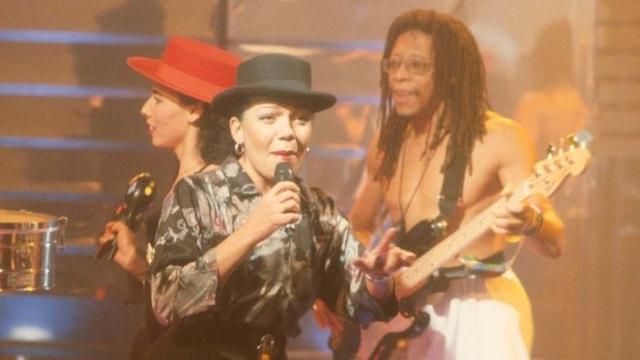 """Loalwa Braz cùng với ban nhạc Kaoma - nhóm nhạc đứng sau ca khúc huyền thoại """"Lambada""""."""