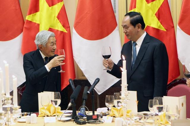 Chủ tịch nước Trần Đại Quang nâng ly cùng Nhật hoàng Akihito.