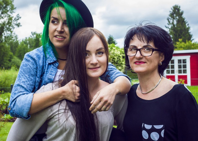 Người mẹ đơn thân và hai cô con gái ở Bietigheim Baden, Đức.