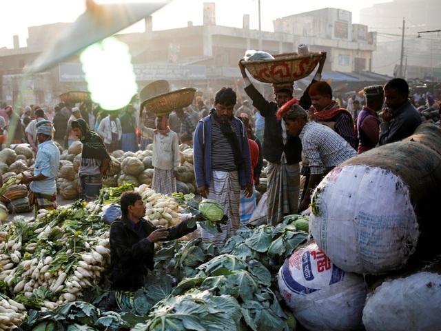 Tại các khu chợ trong thành phố Dhaka, có hàng ngàn người tới mua thực phẩm mỗi ngày.