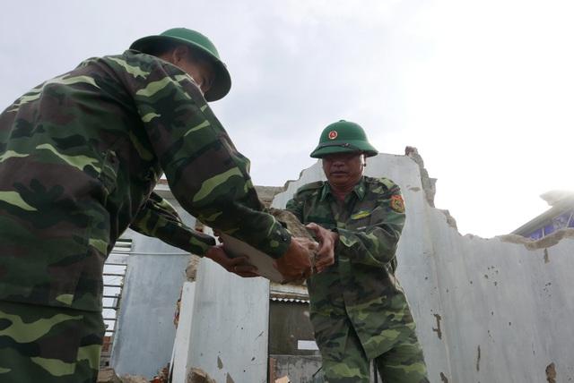 Do nhiều nhà bị sập, khối lượng gạch đá phải dọn dẹp rất lớn, các chiến sĩ phải thực hiện bằng tay khá vất vả.