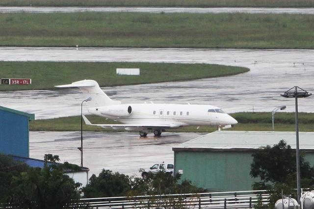 14h30, máy bay mang số hiệu RP-C8215 đáp xuống sân bay Đà Nẵng. Chiếc này là loại Bombardier Challenger 300 - siêu máy bay cỡ trung hai động cơ chuyên dành cho các thương gia.  Các máy bay riêng liên tục đáp xuống sân bay Đà Nẵng để đưa lãnh đạo các tập đoàn lớn từ 21 nền kinh tế thành viên APEC tới dự Hội nghị Thượng đỉnh Lãnh đạo doanh nghiệp APEC (CEO Summit) diễn ra từ ngày 8/11.