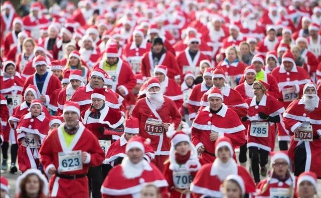 Những người tham gia cuộc chạy bộ thường niên trong trang phục ông già Noel ở thành phố Michendorf, Đức.