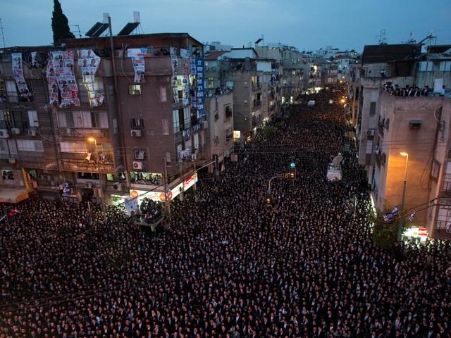 Thành phố đông dân nhất ở Israel là Bnei Brak. Nơi đây có mật độ dân cư hơn 70.000 người trên mỗi diện tích đất 2,5 km2. Mỗi khi trong thành phố diễn ra lễ hội, người ta lại chứng kiến cảnh không gian công cộng chật kín người dân đổ ra đường.