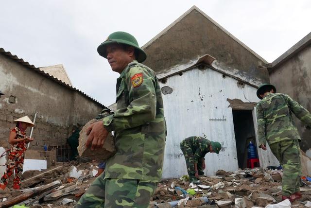 Theo Thượng tá Nguyễn Xuân Hoan, chính trị viên đồn biên phòng Thiên Cầm, tại địa bàn hai thôn Hải Bắc và Hải Nam đã có hơn 30 chiến sĩ được đơn vị cử đến giúp đỡ người dân khắc phục hậu quả.