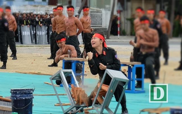 Không kém đồng đội nam, các nữ chiến sĩ cảnh sát đặc biệm cũng trải bao gian khó để luyện tập thành công các bài khí công