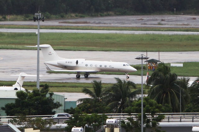 15h27, chiếc Gulfstream G450 thứ ba xuất hiện. Máy bay mang số hiệu B-8133.  APEC CEO Summit là diễn đàn đối thoại lớn nhất về kinh doanh trong APEC, bàn về tương lai nền kinh tế khu vực.