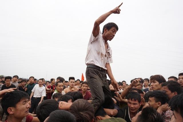 Cũng vì tính chất quyết liệt của màn cướp phết, vài năm gần đây, lễ hội xảy ra hiện tượng bạo lực khi một số thanh niên không tuân thủ lệ chơi truyền thống, vốn đề cao tinh thần thượng võ, vô tư.