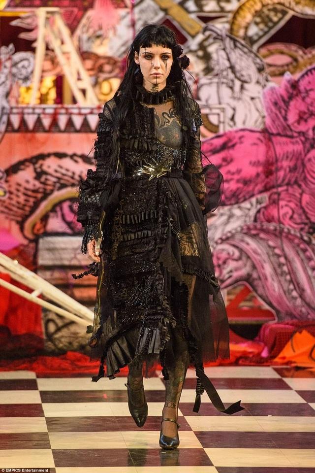 Tại Tuần lễ Thời trang London, show của nhà thiết người Thổ Nhĩ Kỳ - Dilara Findikoglu - là một điểm nhấn táo bạo.