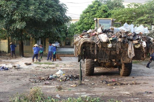"""""""Núi rác"""" ở Hà Nội được thu dọn sau 4 tháng ứ đọng - 8"""