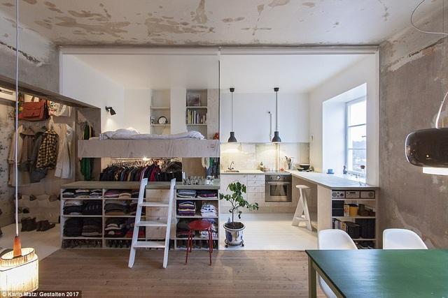 Những căn hộ xuất hiện trong bộ ảnh đều là những căn hộ một tầng, có diện tích vào khoảng vài chục mét vuông. Thiết kế nội thất đòi hỏi vị chủ nhân phải có những giải pháp hiệu quả và hợp lý cho không gian. Như trong ảnh này, có thể thấy vị trí vách ngăn về cơ bản là không gian phòng ngủ, tủ quần áo, bàn trang điểm…