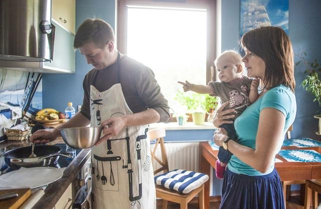 Gia đình Wrobel ở Warsaw, Ba Lan và sự phân chia công việc gia đình thú vị.