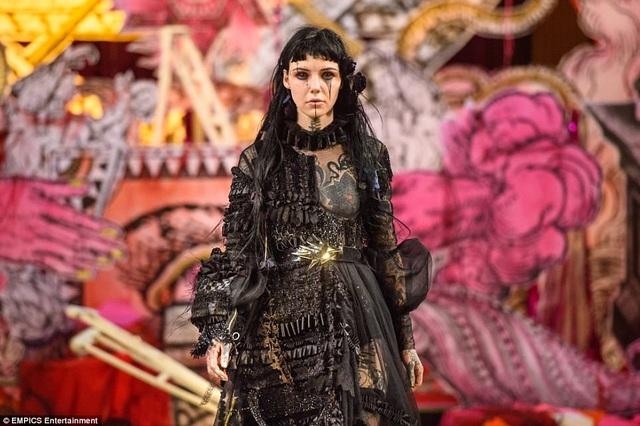 Bên cạnh những tranh cãi lùm xùm về địa điểm tổ chức show thời trang, bộ sưu tập của Findikoglu đã để lại dấu ấn tại Tuần lễ Thời trang London.
