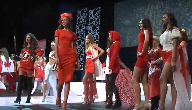 """Diana Lai (váy đỏ, mũ đỏ) cùng các người đẹp xuất hiện """"chào sân"""" tại đêm chung kết."""
