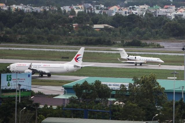 Những chiếc private jet hạ cánh xen kẽ giữa những chuyến bay thương mại với mật độ dày đặc khiến đường băng Đà Nẵng bận rộn hơn thường ngày.