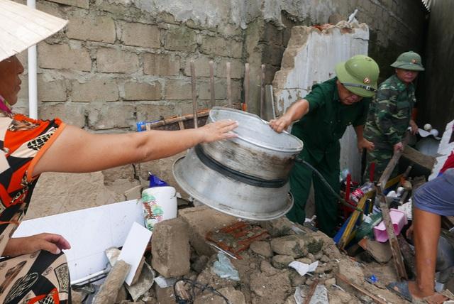 Theo thống kê ban đầu, xã Cẩm Nhượng có 42 ngôi nhà bị sập, 1.500 ngôi nhà bị tốc mái, 750m đường giao thông sạt lở, cuốn trôi... khiến cuộc sống người dân sau bão vô cùng khó khăn.
