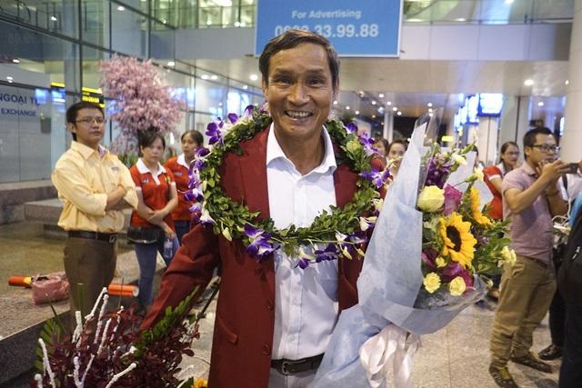 HLV trưởng Mai Đức Chung người dẫn dắt tuyển nữ Việt Nam giành HCV SEA Games 29 được chào đón nồng nhiệt tại sân bay.