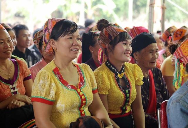 Trưởng Ban Nội chính Trung ương tặng quà, múa lăm vông cùng dân bản - 7