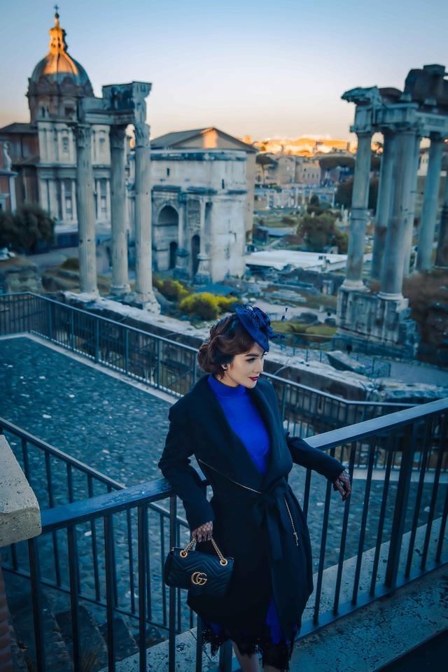 """Ngọc Loan hoá quý cô """"sang chảnh"""", dắt cún đi dạo ở thành Rome - 3"""