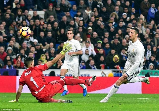 C.Ronaldo nhân đôi cách biệt bằng cú lốp bóng chuẩn xác
