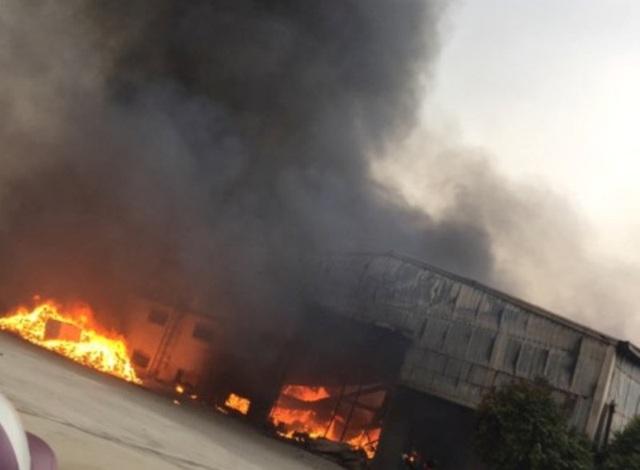 Ngọn lửa bùng phát và nhanh chóng bao trùm nhà xưởng