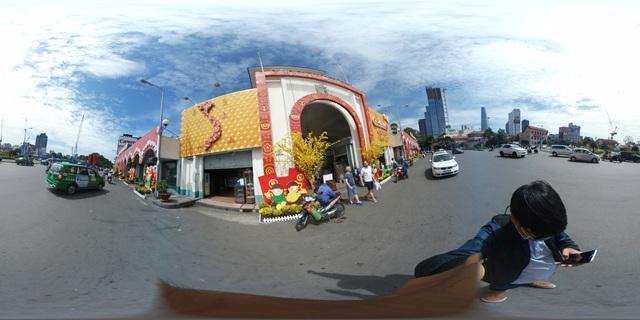 Chợ Bến Thành cũng được trang hoàng lộng lẫy hơn mọi ngày. Thời điểm cuối năm, lượng khách du lịch đổ về đây rất đông để tham quan, mua sắm, đồng thời tìm hiểu về văn hóa của con người Việt Nam. Với Gear 360, hiệu ứng toàn cảnh 360 độ khắc họa rõ vẻ đẹp mang tính biểu tượng của Sài Gòn, sánh ngang cùng những công trình kiến trúc hiện đại khác như tháp tài chính Bitexco hay tòa nhà Metropolitan Đồng Khởi.