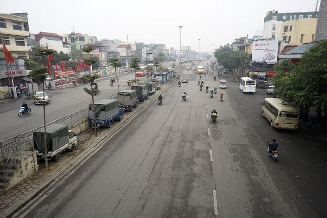 Trục đường giao thông đông đúc ven sông Hồng Trần Nhật Duật - Trần Quang Khải rất vắng vẻ, thời điểm mọi ngày là giờ cao điểm.