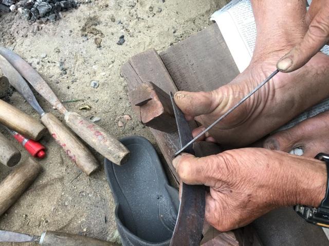 Việc cắt từng chấu yêu cầu người thợ phải quen tay và chính xác
