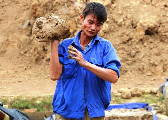 Đất sau khi phơi sẽ được đem vào xưởng sản xuất làm nhuyễn thêm để tạo độ keo và mịn hơn khi nặn. Đất sét làm gốm ở Gia Thủy có màu vàng nên rất tốt khi làm gốm, khi sản phẩm ra lò cũng có độ bền, óng đẹp rất cao.
