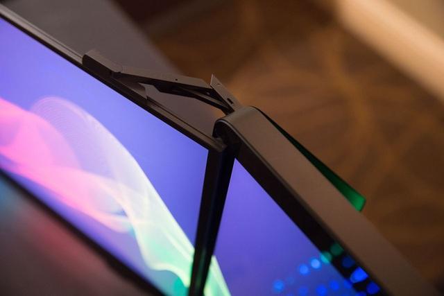 Cận cảnh phần khớp nổi giúp máy tự động mở ra hoặc gấp vào 3 màn hình