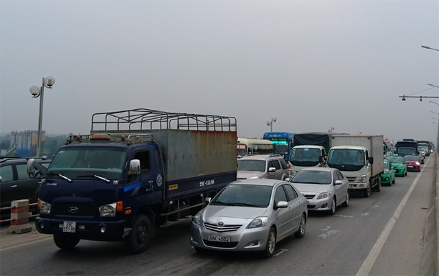 Vụ tai nạn đã làm cho giao thông trên cầu Thanh Trì ùn tắc kéo dài theo hướng về quốc lộ 5.