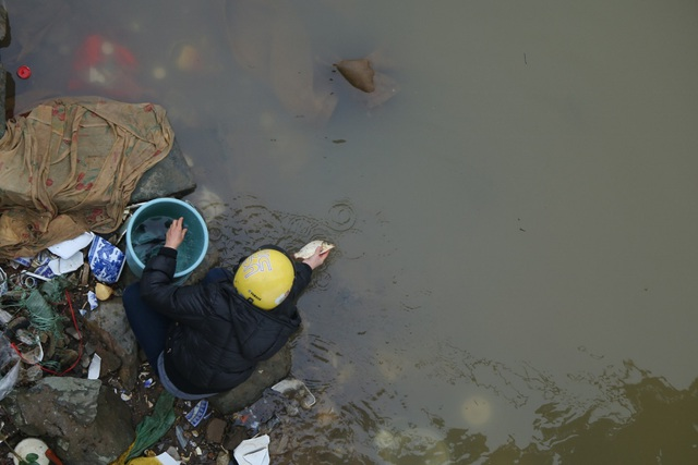 Tuy nhiên, nhiều người vẫn muốn mang xuống mép nước, tự tay thả cá, như một cách thể hiện sự chân thành.