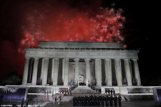 Pháo hoa bung nở trên bầu trời đài tưởng niệm Lincoln Memorial.