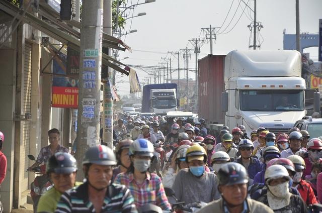 Các phương tiện kẹt cứng ở giao lộ quốc lộ 50 và Nguyễn Văn Linh
