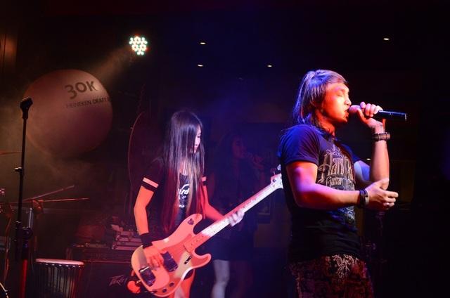 Phía sau nam ca sĩ Eric March là tay guitar- bass Lya. Tuy phong cách nhóm khá máu lửa nhưng Lya là một nhạc công khá trầm tính.