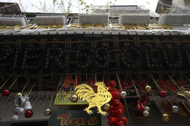 Hình gà vàng trước cửa một ngôi nhà phố Hàng Buồm.