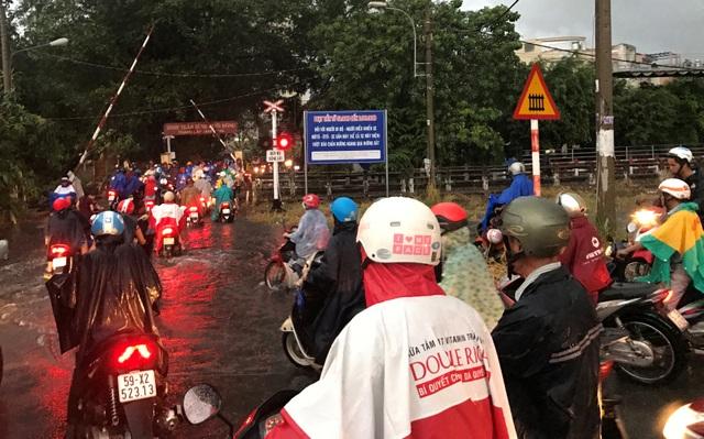 Mưa trái mùa cực lớn, kéo dài nhiều giờ chiều mùng 6 Tết ở Sài Gòn - 13