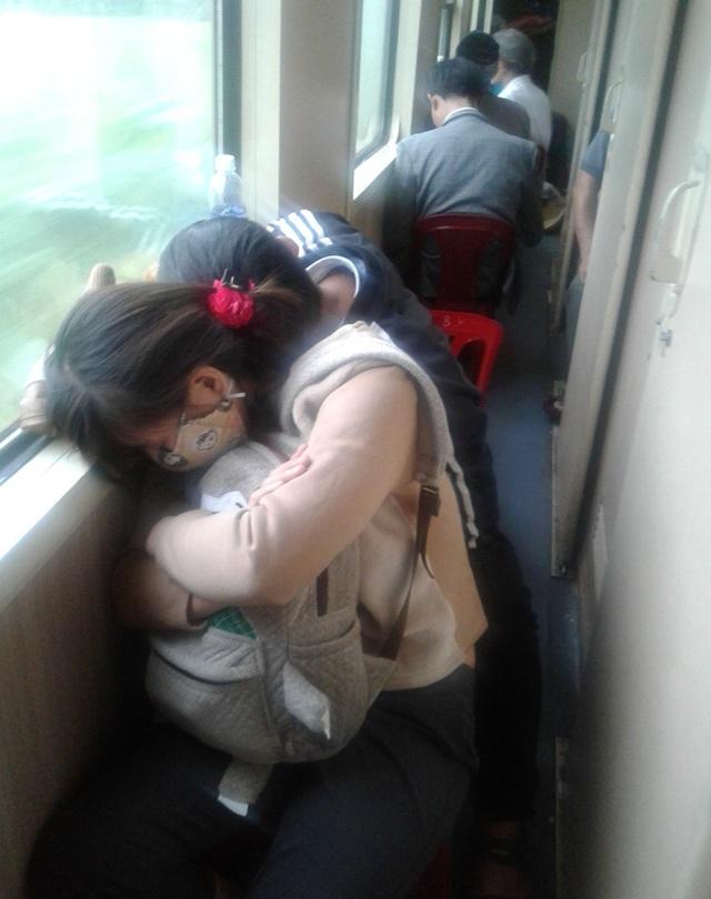 Một đôi vợ chồng trẻ tranh thủ chợp mắt
