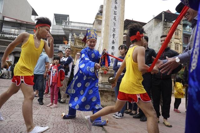 Đồng thời cùng với kéo lửa, 4 thiếu niên khỏe mạnh lập tức cầm bình chạy that nhanh đi lấy nước ở miếu làng để mang về thổi cơm cơm.