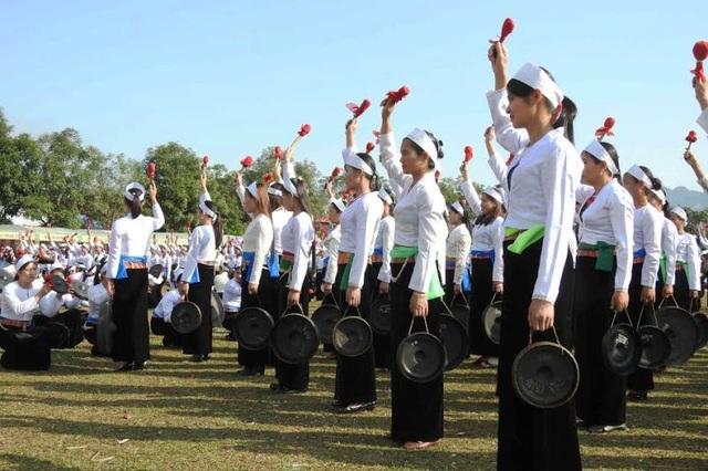 Những năm gần đây, ngoài các hoạt động giao lưu văn hóa văn nghệ còn có tiết mục hòa tấu chiêng do các phụ nữ Mường biểu diễn trong lễ khai hạ.