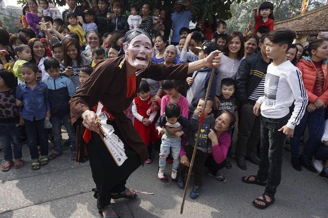 Lễ hội làng Triều Khúc là sự tưởng nhớ công lao của dân làng với Bố cái Đại vương Phùng Hưng và ông Vũ Đức Úy, người đã truyền dạy nghề dệt cho dân làng. Trong đám rước ngày mở hội có nhiều trò vui, điệu múa đĩ đánh bồng được xem như trò diễn hấp dẫn nhất.