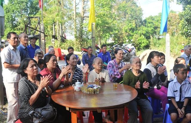Ngoài các em học sinh rất đông người dân thị trấn Lai Vung đến dự lễ khởi công