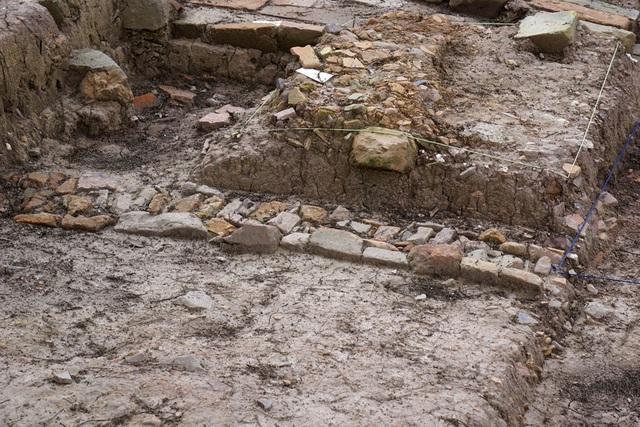 Dấu tích móng cột thời Lê Sơ, thế kỷ 15 -16.