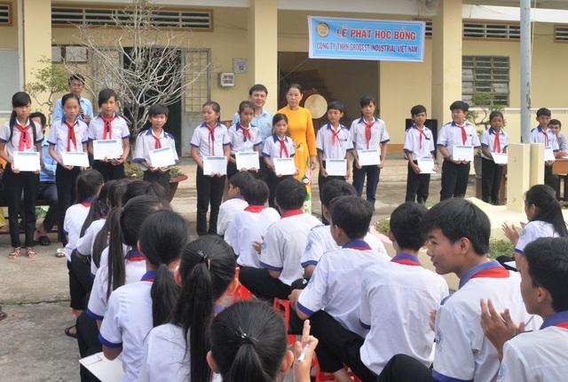 Tại trường THCS Vĩnh Bình Nam 1 công ty Grobest trao 30 suất học bổng
