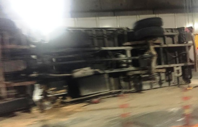 Chiếc xe tải văng bánh, lật nhào ngay giữa hầm Thủ Thiêm hướng từ quận 1 sang quận 2, TPHCM.