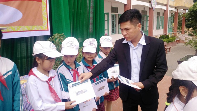Ông Lê Minh Ngọc, đại diện Công ty TNHH Grobest Việt Nam trao học bổng cho các em học sinh nghèo hiếu học tại 2 tỉnh Ninh Bình và Nam Định