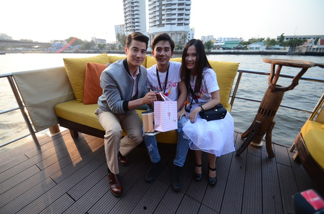 Mario giao lưu cùng người hâm mộ Việt Nam trên du thuyền chạy dọc theo sông Chaophayra.