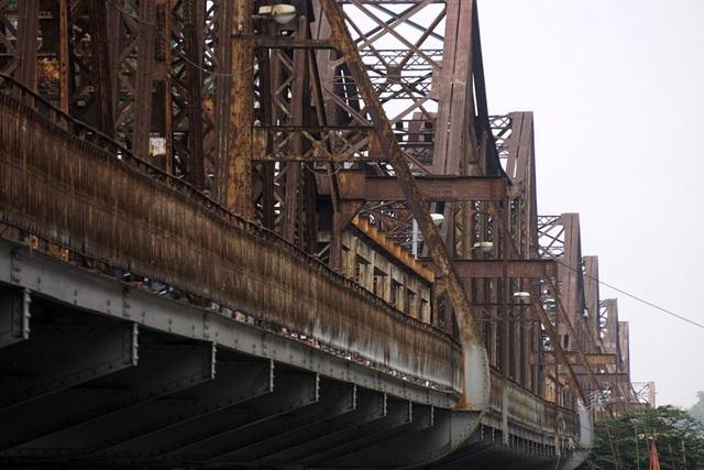 Màu sắt xám xịt, hoen gỉ trên một đoạn cầu Long Biên.